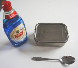 Edelstahl Lunchbox mit Spuelmittel und Loeffel