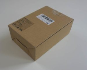 Braunes Paket mit eingepackter Lunchbox
