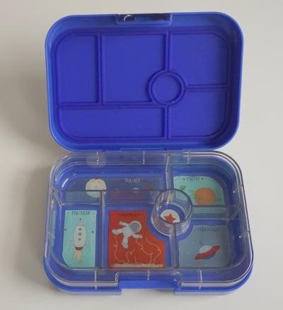 YumBox Original M geöffnet mit sichtbarer Innenschale und Abdichtung