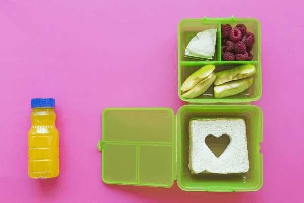 Saft neben einer grünen Lunchbox